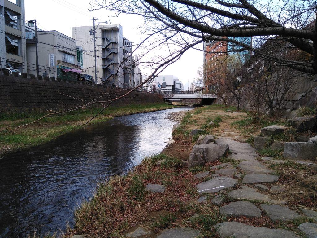 松本城まで歩いて行く最中で