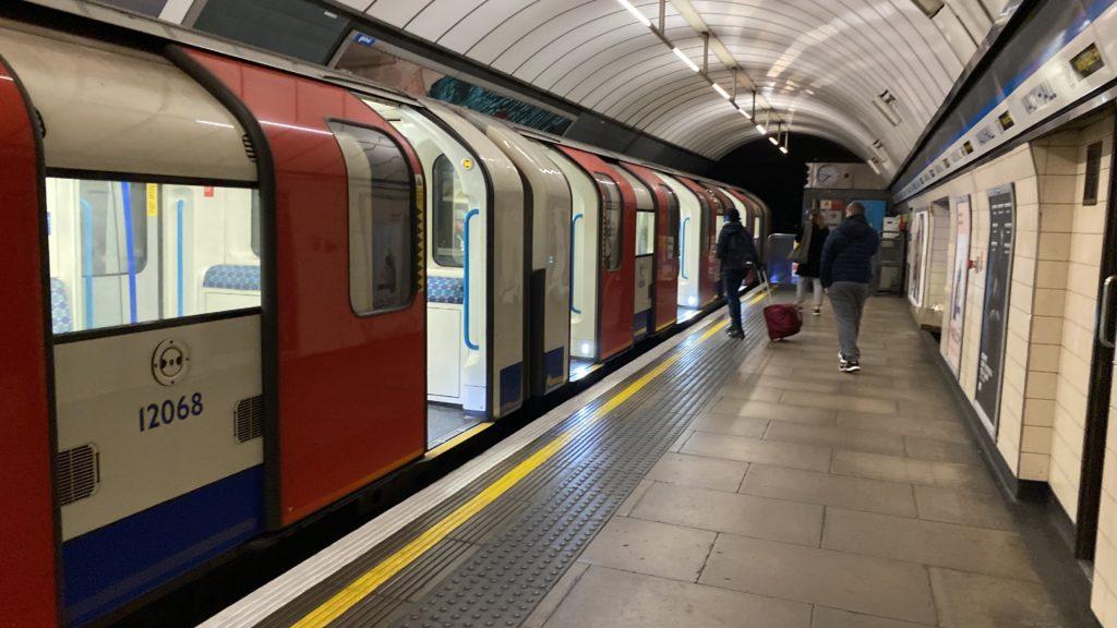 ロンドンの地下鉄 London Underground ホーム