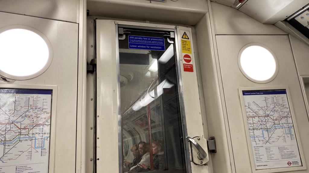 ロンドンの地下鉄 London Underground 通り抜け
