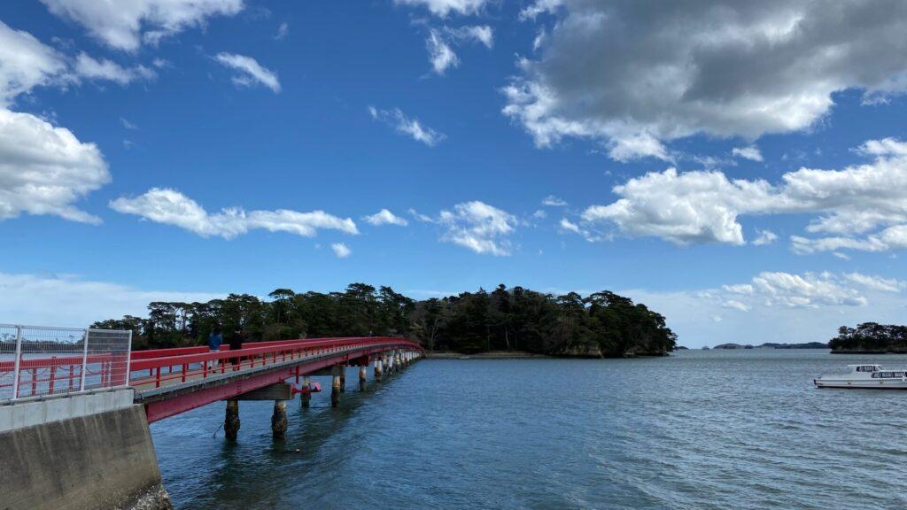 大小さまざまな島があり、橋で渡れる島も