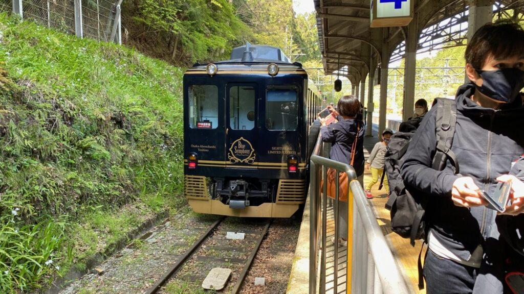吉野駅の四番線に到着